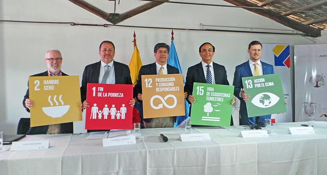 De izquierda a derecha, John Preissing (FAO), Tarsicio Granizo (Ministro de Ambiente), José Valencia (Ministro de Relaciones Internacionales), Pradeep Monga (secretario ejecutivo adjunto de la CNULD) y Arnaud Peral (ONU-Ecuador), posan con carteles de los ODS durante el coloquio sobre el Día Mundial de la Lucha contra la Desertificación, en Ecuador. Crédito: Ela Zambrano/IPS