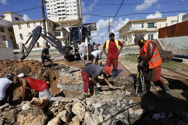 Un equipo de operarios de la empresa Aguas de La Habana mientras labora en el reemplazo de la red de alcantarillado en el barrio de Vedado, en la capital de Cuba. Crédito: Jorge Luis Baños/IPS