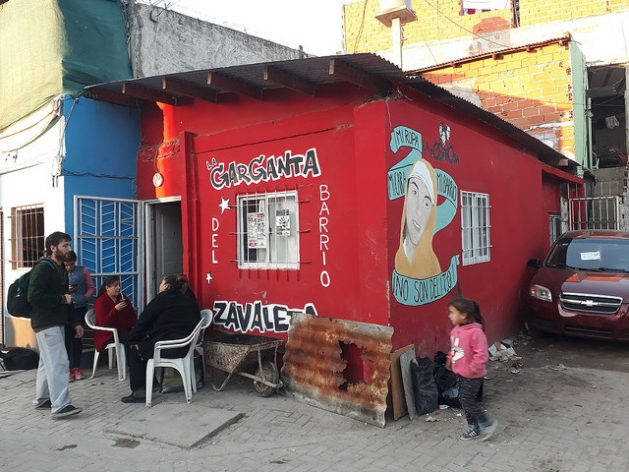 Una de las sedes en Buenos Aires de La Poderosa, la organización social que edita la revista La Garganta Poderosa y tiene desde comedores populares hasta locales donde enseña oficios a los adultos y da talleres de apoyo a niños y adolescentes en decenas de villas (asentamientos precarios) de la capital y el resto de Argentina. Crédito: Daniel Gutman/IPS