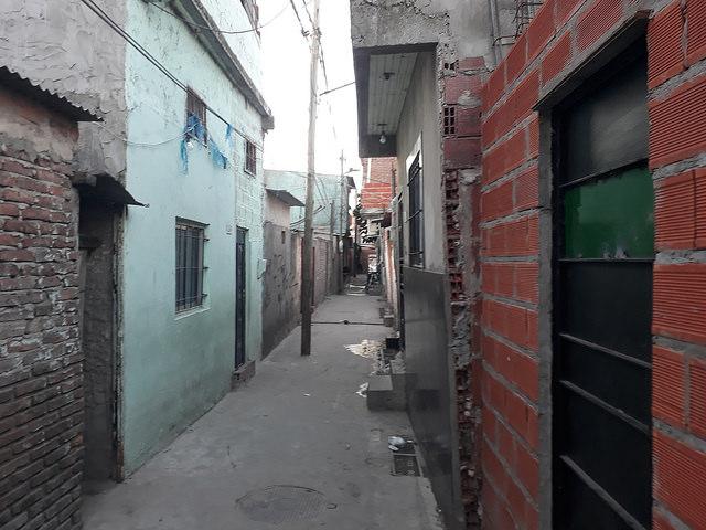 En este pasillo de la Villa 21, un barrio precario de la capital de Argentina, está la vivienda donde en 2013, en un tiroteo entre bandas de narcotraficantes, murió de un balazo en la cabeza Kevin Molina, un niño de 9 años, mientras las fuerzas de seguridad prefirieron no intervenir, según las denuncias. Crédito: Daniel Gutman/IPS