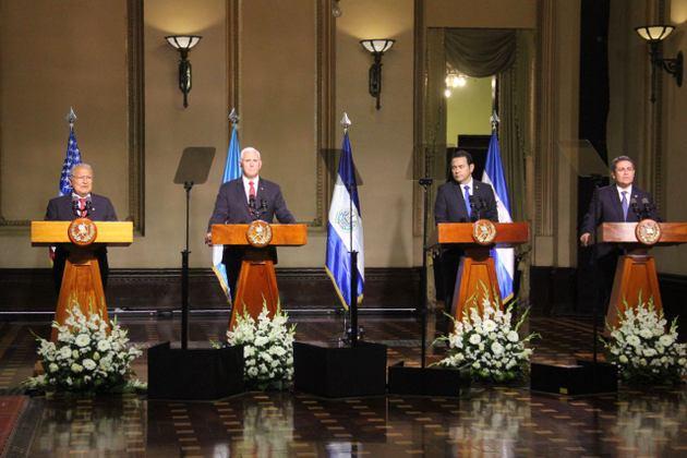Los presidentes de El Salvador, Guatemala y Honduras y el vicepresidente de Estados Unidos, durante su declaración a los medios tras un encuentro el 28 de junio en Ciudad de Guatemala sobre la migración irregular hacia territorio estadounidense de ciudadanos centroamericanos. Crédito: Presidencia de El Salvador