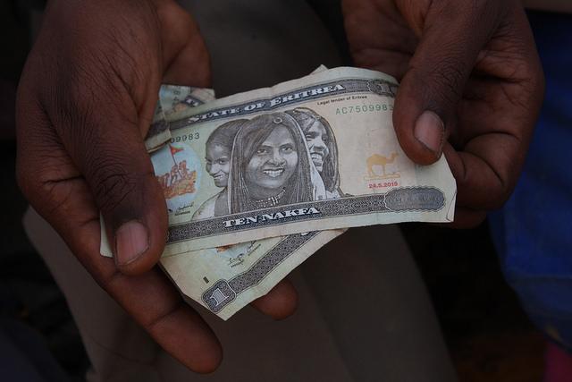 """""""Nos llevó cuatro días llegar hasta Asmara"""", comentó un hombre de 31 años, al comentar la travesía desde la capital de Eritrea, unos 80 kilómetros al norte de la frontera, con todo el dinero que le quedaba: 13 nakfa eritreos (unos 80 centavos de dólar). """"Viajamos unas 10 horas cada noche, durmiendo en el desierto durante el día"""", apuntó. Crédito: James Jeffrey/IPS"""