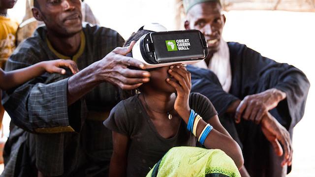 Una niña aprende del proyecto de la Gran Muralla Verde gracias a unas gafas de realidad virtual. Crédito: Greatgreenwall.org