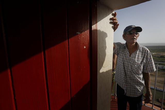 Hidalgo Matos, el torrero del faro que se encuentra ubicado en Punta de Maisí, el extremo del este de Cuba, en la provincia de Guantánamo. Desde su atalaya, el farero ha sido testigo de las alteraciones climáticas, con eventos naturales cada vez más recurrentes y extremos. Crédito: Jorge Luis Baños/IPS
