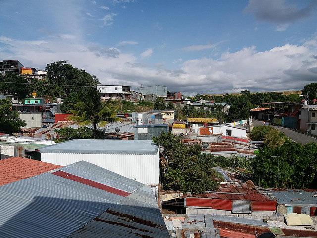 Los techos de latón predominan en el populoso barrio de La Carpio, en la periferia de San José de Costa Rica, donde se estima que la mitad de sus viviendas están construidas con materiales inadecuados. Crédito: Daniel Salazar/IPS