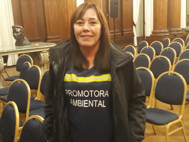Jacqueline Flores comenzó a trabajar como cartonera en 2001, en medio de una brutal crisis económica y social en Argentina. Ahora es promotora ambiental e instruye a los vecinos de Buenos Aires sobre la manera en que deben separarse los residuos. Crédito: Daniel Gutman/IPS