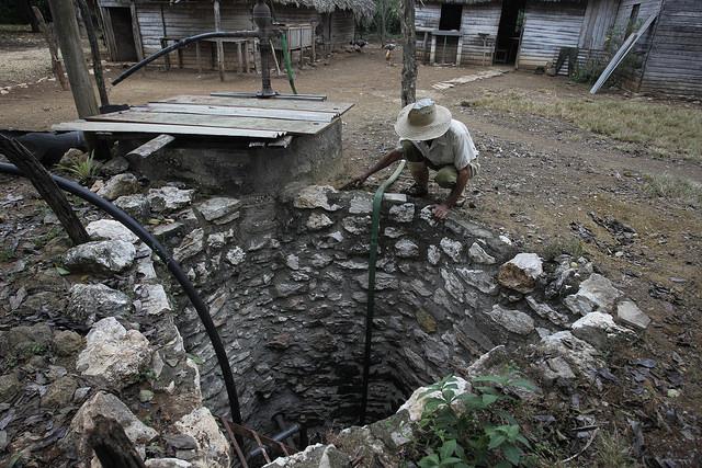 Un campesino observa el nivel de agua del pozo que tiene en el patio de su casa, en el municipio Horno de Guisa, en la provincia de Granma, en el este de Cuba. Crédito: Jorge Luis Baños/IPS