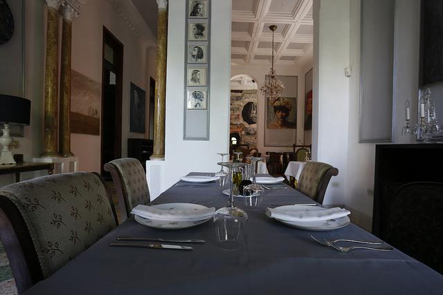 Una mesa dispuesta a la espera de clientes, en el restaurante privado Le Chansonnier, en el barrio del Vedado, en La Habana. El sector del ocio y la restauración fue pionero en Cuba en la apertura a la actividad privada. Crédito: Jorge Luis Baños/IPS