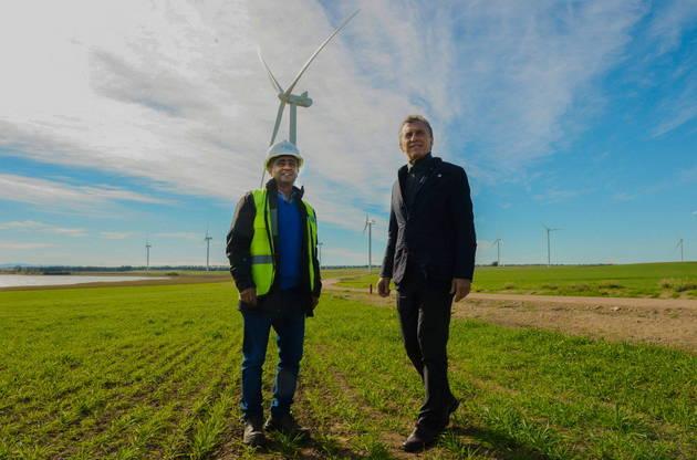 El presidente argentino Mauricio Macri (derecha) en mayo, durante la inauguración de un parque eólico de 100 megavatios en la ciudad de Bahía Blanca, 650 kilómetros al sur de Buenos Aires. El gobierno adjudicó este año obras de infraestructura en energías renovables a capitales privados, por más de 4.500 megavatios. Crédito: Presidencia de Argentina