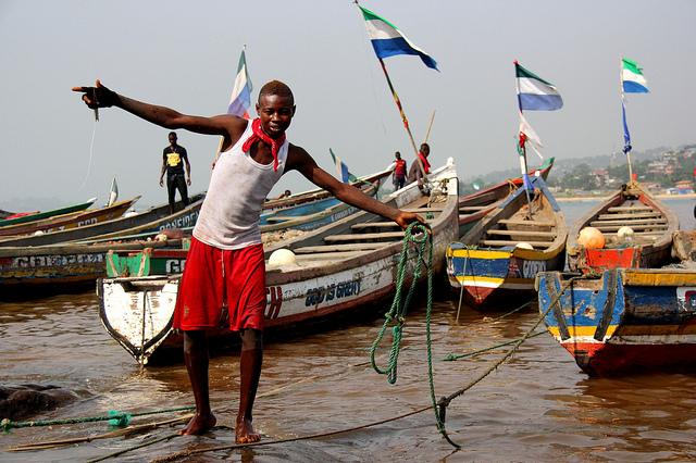 Uno de los mayores puertos pesqueros de Freetown es Goderich Beach, a menos de 30 minutos en automóvil del centro de la capital de Sierra Leona. Allí un solo barco a motor puede traer una captura por un valor de unos 300 dólares en un solo día. Crédito: Travis Lupick/IPS.