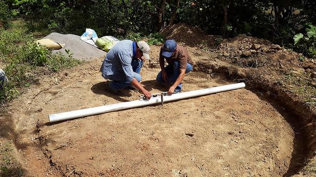 Dos campesinos inician la construcción de un tanque de agua en una zona del Corredor Seco en Honduras. Crédito: FAO Honduras