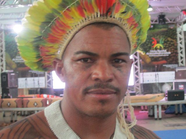 El cacique Gilliarde Juruna, de la aldea Miratu, en la Volta Grande del río Xingú, en el norteño y amazónico estado brasileño de Pará. Los jurunas denuncian el grave daño para sus condiciones de vida de la central hidroeléctrica de Belo Monte, que desvió la mayor parte de las aguas que son su fuente de alimentación, economía y transporte. Crédito: Mario Osava/IPS