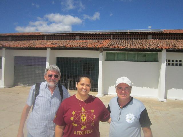 La vicedirectora Analucia Casimiro y el profesor de ciencias Clemilson Lacerda, al lado del especialista Cesar Nóbrega (a la izquierda), en el patio de la Escuela Dionde Diniz, la primera de enseñanza pública básica en contar con energía solar en Paraba, el nordestino estado más amenazado de desertificación en Brasil. Crédito: Mario Osava/IPS