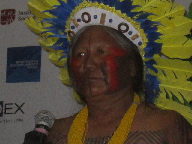 La indígena Tuira Kayapó mientras era homenajeada en el Congreso Internacional de Etnobiología, en la ciudad brasileña de Belém, en el norte de Brasil. En 1989 rozó con su machete el rostro del ingeniero que impulsaba la central hidroeléctrica de Kararaô, sobre el río Xingú, en una protesta que logró bloquear el proyecto. Pero pese a las polémicas, la central se construyó finalmente entre 2010 y 2016 con el nombre de Belo Monte. Crédito: Mario Osava/IPS
