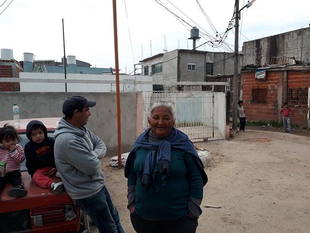 María Antonia Figueroa, frente al centro preescolar y guardería comunitaria que dirige en la Villa Itatí, uno de los asentamientos precarios más grandes de Argentina, en el sur del Gran Buenos Aires. Crédito: Daniel Gutman/IPS