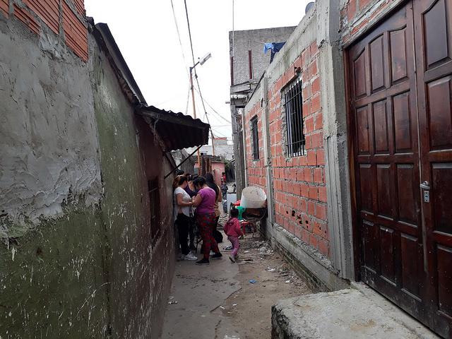 Uno de los estrechos pasadizos de Villa Itatí, que con unos 70.000 habitantes es uno de los asentamientos precarios más grandes de la Argentina, situado en e municipio de Quilmes, en el sur del llamado Gran Buenos Aires. Crédito: Daniel Gutman/IPS