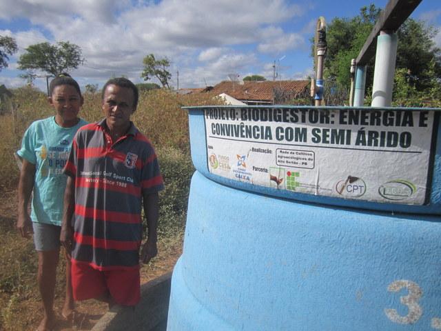 El matrimonio de los campesinos Marlene y Genival Lopes dos Santos, junto al biodigestor que obtuvieron en el marco de la campaña a favor de las energías limpias en el municipio de Sousa, en el noreste de Brasil. Además de biogás, el digestor también les provee de fertilizantes naturales para el pomar y el huerto que cultivan en su finca. Crédito: Mario Osava/IPS