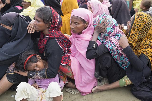 Mujeres, niñas y niños rohinyás, que escaparon de la brutal violencia en Birmania, esperan la ayuda en un campamento para refugiados en Bangladesh. Crédito: Parvez Ahmad Faysal/IPS