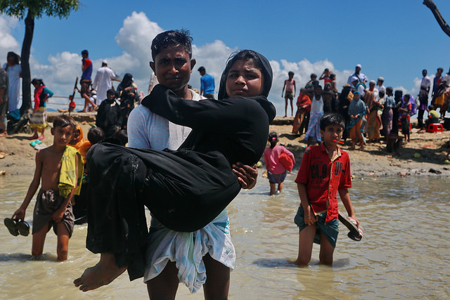 Los refugiados rohinyás recién llegados a Bangladesh ingresan por Teknaf, procedentes de Shah Parir Dwip, tras cruzar el río Naf en ferri desde Birmania. Crédito: Farid Ahmed/IPS.