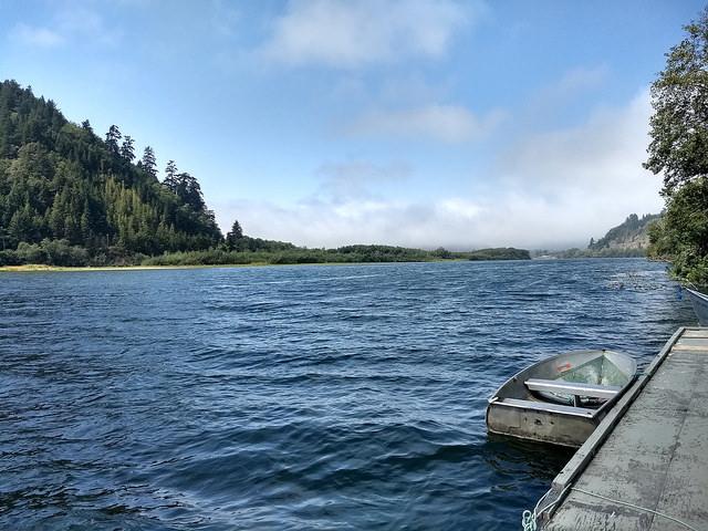El río Klamath, situado en la costa de California, en el oeste de Estados Unidos, es el sustento natural y espiritual de los nativos yurok, y enfrenta amenazas por el cambio climático, como menor nivel del flujo y aumento de la temperatura, lo que mata a los salmones, que requieren agua fría para reproducirse. Crédito: Emilio Godoy/IPS