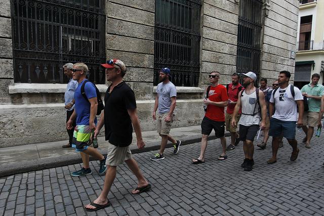 """Un grupo de turistas estadounidenses pasea por una calle del casco histórico de La Habana Vieja. Desde octubre de 2017, el gobierno de Donald Trump pidió a los ciudadanos del vecino de norte no viajar a Cuba, como parte del llamado """"recongelamiento"""" en las relaciones bilaterales. Crédito: Jorge Luis Baños/IPS"""