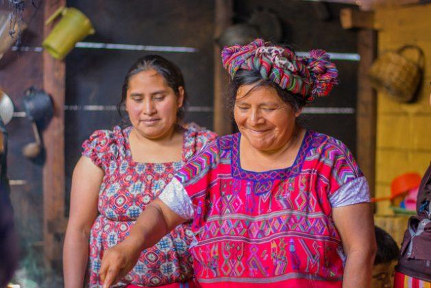 Dos mujeres ixiles de El Quiché, en Guatemala, conociendo nuevas recetas. Crédito: FAO-GT