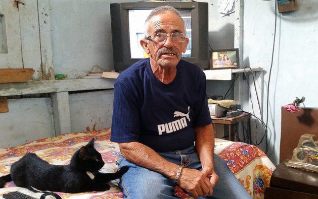 Juani Santos, de 68 años, el primer hombre transexual cubano en hablar abiertamente sobre ese colectivo, en su apartamento en la ciudad de Matanzas, a 67 kilómetros al este de La Habana. Crédito: Ivet González/IPS