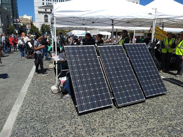Una exhibición de paneles fotovoltaicos, en la ciudad estadounidense de San Francisco, durante la celebración de la Cumbre Global de Acción Climática, donde se valoró positivamente el creciente peso de energías como la solar, la eólica o la microhidrelectricidad, para proveer de electricidad a pequeñas comunidades. Crédito: Emilio Godoy/IPS