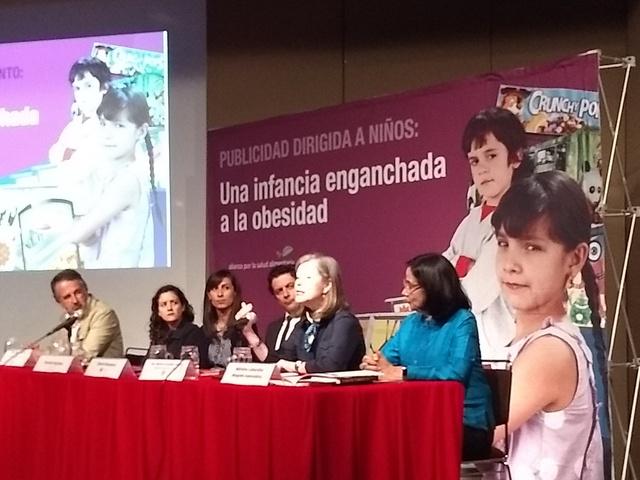"""Integrantes de la Alianza por la Salud Alimentaria, un colectivo de organizaciones y académicos, reclaman en México una mejor regulación de la publicidad de comida no saludable dirigida a la niñez y del etiquetado de alimentos y bebidas, durante el lanzamiento del informe """"Una infancia enganchada a la obesidad"""", en Ciudad de México en agosto. Crédito: Emilio Godoy/IPS"""