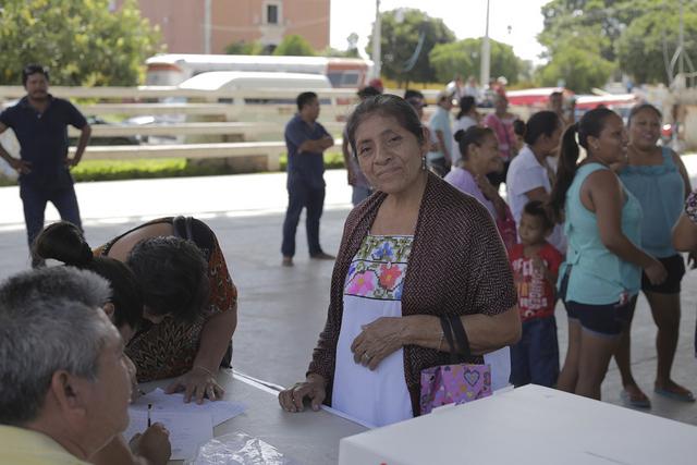 En la consulta de Homún, en la localidad de mayoría maya de Yucatán, en México, los pobladores se pronunciaron masivamente contra la instalación de una granja porcina en su localidad. Crédito: Robin Canul/Pie de Página