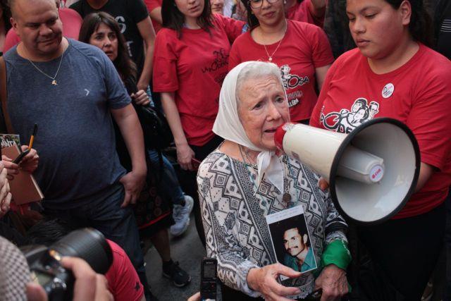 Nora Cortiñas, una de las fundadoras de la emblemática organización de derechos humanos argentina Madres de Plaza de Mayo, fue una de las que celebró la condena contra las torturas de agentes de fuerzas de seguridad contra dos jóvenes de Villa 21, en la puerta del Palacio de Tribunales de Buenos Aires. Crédito: Cortesía de La Poderosa