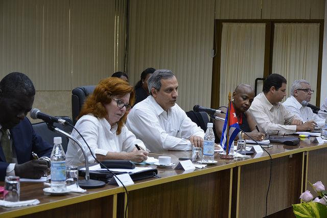 Rodolfo Reyes, director general de Asuntos Multilaterales y Derecho Internacional del Ministerio de Relaciones Exteriores de Cuba, encabezó la delegación de su país a la primera ronda de encuentros con la Unión Europea tras la entrada en vigor del Acuerdo Político y Cooperación, celebrada en La Habana. Crédito: UE