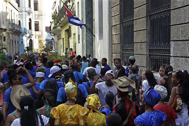 Residentes en la capital cubana y turistas extranjeros desfilan por el centro histórico de La Habana, el 6 de enero, en rescate de una tradición de esa fecha católica, el Día de los Reyes Magos, cuando se permitía a los negros, esclavos y libres, congregarse en los cabildos y salir en procesión por las calles. Crédito: Jorge Luis Baños/IPS