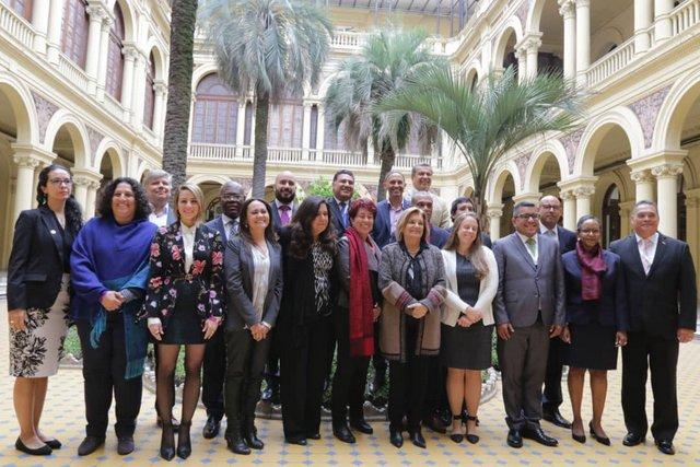 Foto de familia de los ministros de Ambiente que participaron en Buenos Aires en el foro de América Latina y el Caribe organizado por ONU Medio Ambiente, en el patio de las Palmeras de la Casa Rosada, sede del gobierno argentino. Crédito: ONU Medio Ambiente
