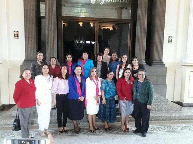 Mujeres del Congreso de Guatemala votaron para aprobar la reforma que prohíbe el matrimonio infantil. Crédito: ONU Mujeres