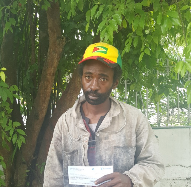 El joven Francis Bailey recibió un fondo semilla del proyecto Fortalecimiento de las oportunidades de empleo rural decente para mujeres y hombres jóvenes en el Caribe. Crédito: Trudy Williams/FAO