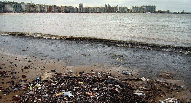 Las costas cada vez más llenas de plásticos que devuelven los océanos. Crédito: Vince Alongi/Flickr