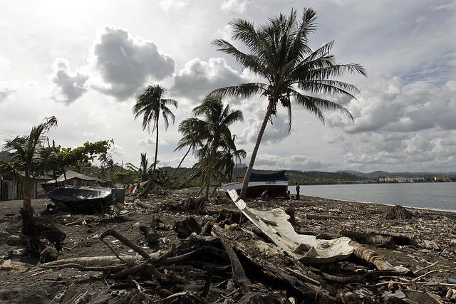 Restos de embarcaciones y arbustos destruidos por el paso del huracán Matthew esparcidos por una playa de Baracoa, en el que fue el mayor desastre natural ocurrido en la provincia de Guantánamo, que reforzó la necesidad de que la población del extremo oriental de Cuba esté preparada ante los crecientes eventos climáticos, por la vulnerabilidad especial de esta parte de la isla. Crédito: Jorge Luis Baños/IPS