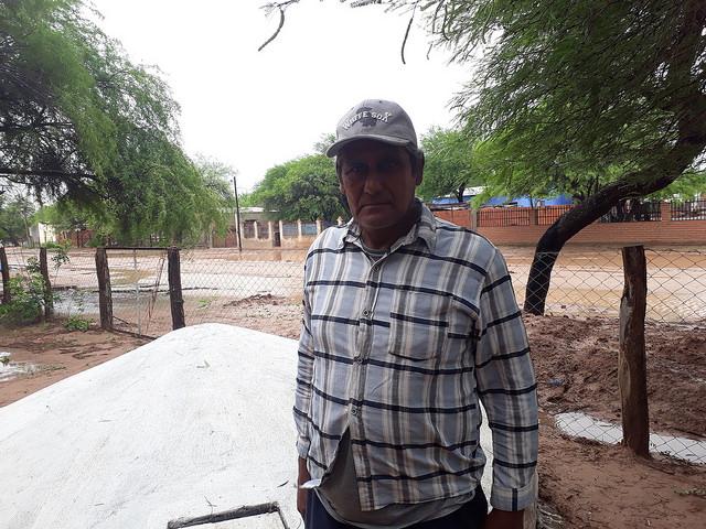 Antolín Soraire, campesino criollo del Chaco salteño, delante de una de las cisternas construidas por él en Los Blancos, para recolectar agua de lluvia, que permiten a las familias contar con agua potable para sus necesidades, durante los seis meses de sequía que enfrenta esta zona del norte argentino. Crédito: Daniel Gutman/IPS
