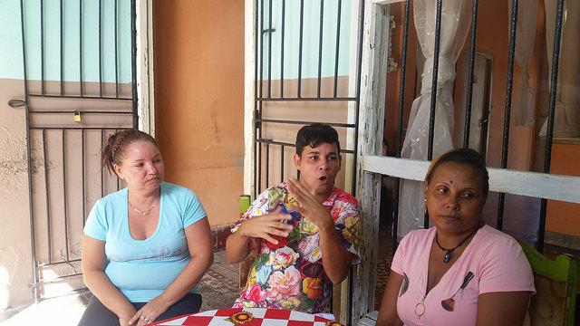 De izquierda a derecha, Isora Pileta, vicepresidenta de la Asociación Nacional de Sordos de Cuba (Ansoc) en la provincia de Guantánamo, Yoelvis Ferrer, su presidente en el municipio de Guantánamo, y Yanicet Ramos, su presidenta en la provincia de Guantánamo, en la sede de la organización social en la urbe cubana. Crédito: Ivet González/IPS
