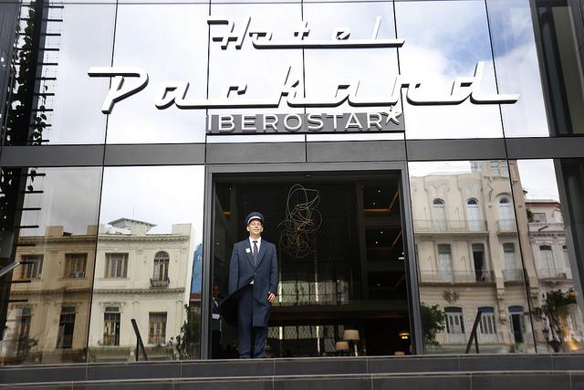 Entrada del nuevo y lujoso hotel Iberostar Grand Packard, que se acaba de inaugurar en La Habana. Esa cadena española controla 20 por ciento de las habitaciones en manos de operadores extranjeros en la hotelería de Cuba, donde la inversión de España es mayoritaria en el neurálgico sector del turismo. Crédito: Jorge Luis Baños/IPS