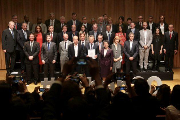 Los alcaldes participantes en el encuentro Urban20, tras entregar sus al presidente de Argentina, Mauricio Macri, quien este año encabeza el G20, que a finales de noviembre realiza en Buenos Aires la cumbre anual de jefes de Estado y de gobierno de países industriales y emergentes. Crédito: Gobierno de la Ciudad de Buenos Aires