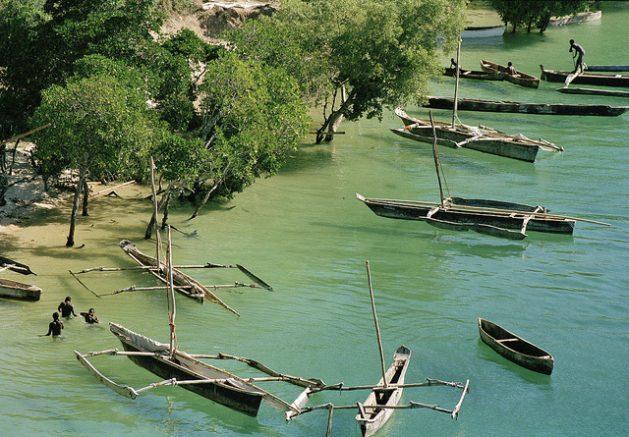 Pequeña flota contra la costa de un pueblo de pescadores en el distrito de Kilifi, en Kenia. La pesca es importante para la economía local. Crédito: Milton Grant/UN Photo.