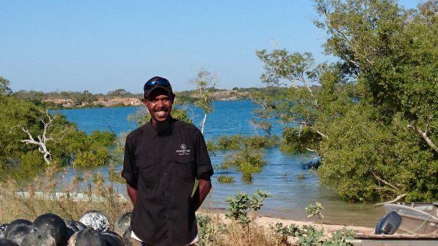 Terry Hunter es un guía turístico de una granja de perlas de la bahía de Cygnet. Al ser una forma extractiva y extensiva de cultivo, la acuicultura de ostras perleras es una de las industrias más sostenibles y respetuosas del ambiente. Crédito: Neena Bhandari/IPS.