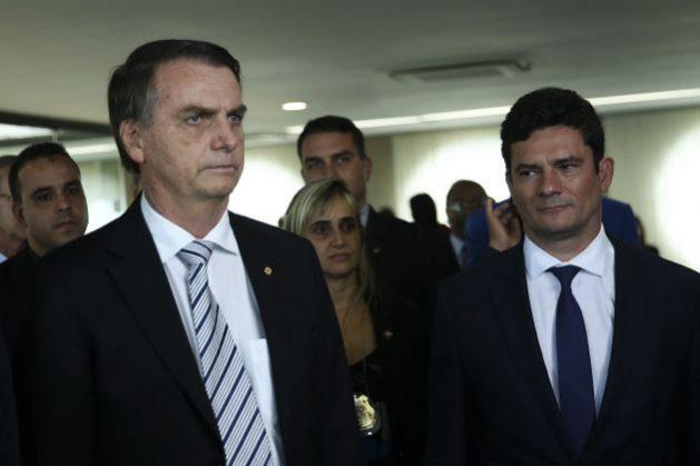 El presidente electo Jair Bolsonaro y el juez Sergio Moro, designado como el próximo ministro de Justicia y Seguridad Pública, durante una visita en Brasilia al Superior Tribunal de Justicia, una de las cortes centrales de Brasil. Ese nombramiento ha intensificado la polémica sobre las actuaciones del juez contra la corrupción. Crédito: José Cruz/Agência Brasil-Fotos Públicas