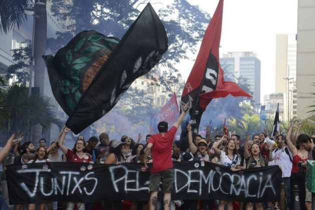 Mujeres en una manifestación, el 20 de octubre, en Río de Janeiro, de rechazo al candidato presidencial Jair Bolsonaro por sus posiciones machistas y racistas. La campaña #ElNo movilizó centenares de miles de mujeres en las grandes ciudades de Brasil, pero no logró evitar el triunfo del candidato de extrema derecha el 28 de octubre. Tânia Rêgo/Agência Brasil