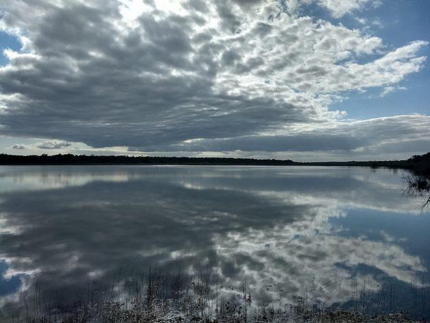 El megaproyecto del Tren Maya, en el sur de México, afectará ecosistemas fundamentales de la Península de Yucatán, que alberga 25 áreas naturales protegidas, como podría suceder con esta laguna en la reserva comunitaria de Síijil Noh Há, contigua al área preservada de Sian Ka'an. Crédito: Emilio Godoy/IPS