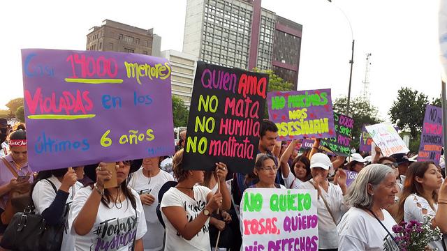 """""""Casi 14.000 menores violadas en los últimos 6 años"""", dice el cartel de la izquierda durante una movilización en Lima el Día Internacional de la No Violencia contra la Mujer, que se celebra cada 25 de noviembre. La violación sexual es la causa del embarazo infantil y maternidades forzadas en Perú, como en otros países de América Latina. Crédito: Mariela Jara/IPS"""