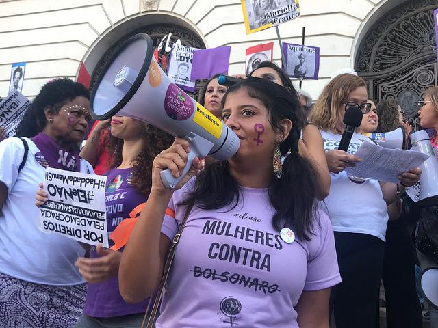 """Una joven durante una movilización en la ciudad brasileña de Río de Janeiro, portando una camiseta con el mensaje: """"Mujeres contra (Jair) Bolsonaro"""". Las mujeres abanderaron la lucha contra el ahora presidente de Brasil durante la campaña electoral, con la consigna #ÉlNo. Crédito: Fabiana Frayssinet/IPS"""