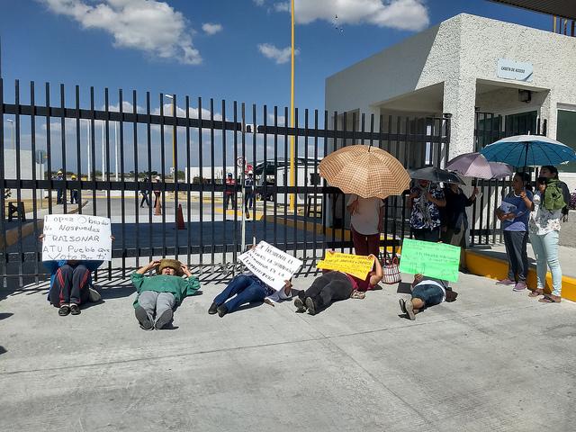 Un grupo de manifestantes bloquea el 28 de enero la entrada a la central termoeléctrica Centro, en la comunidad Huexca, en el municipio de Yecapixtla, en el estado de Morelos, en el centro de México. En sus carteles, le piden al presidente Andrés Manuel López Obrador que no traicione a su pueblo y paralice la planta. Crédito: Emilio Godoy/IPS